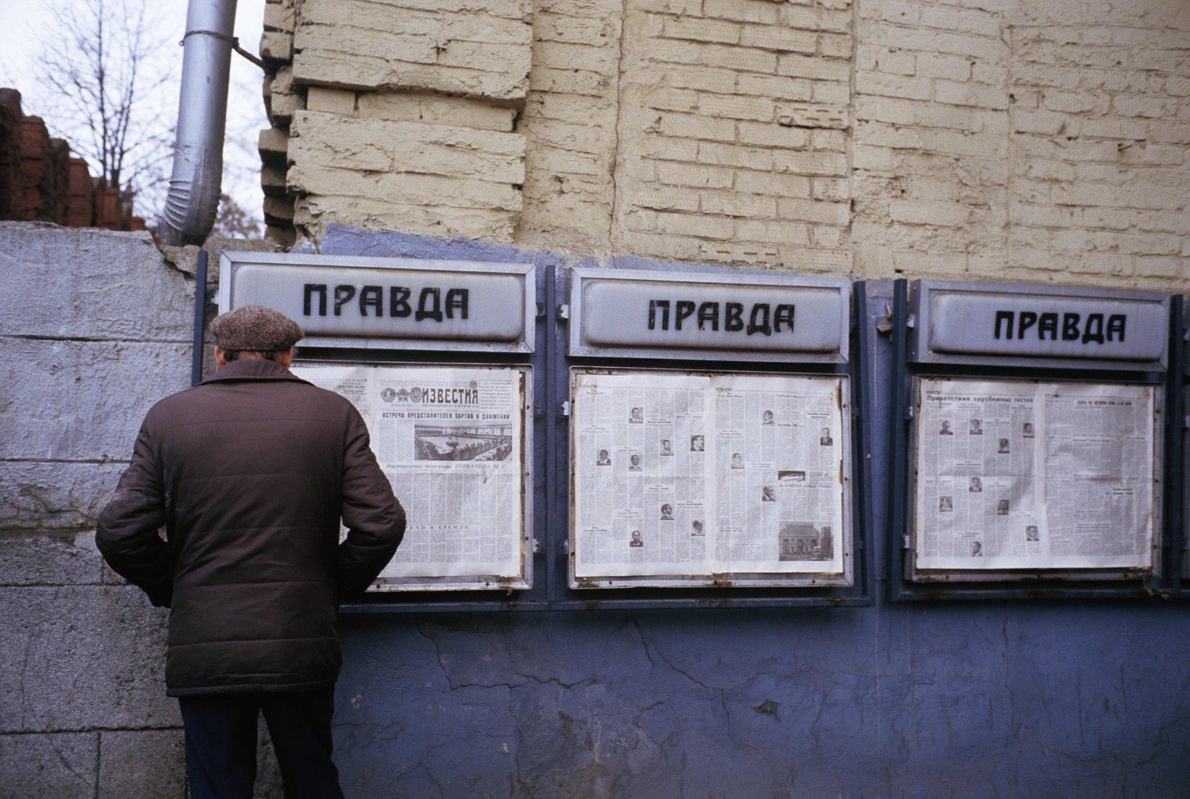 797753 Газетные стенды в переходе