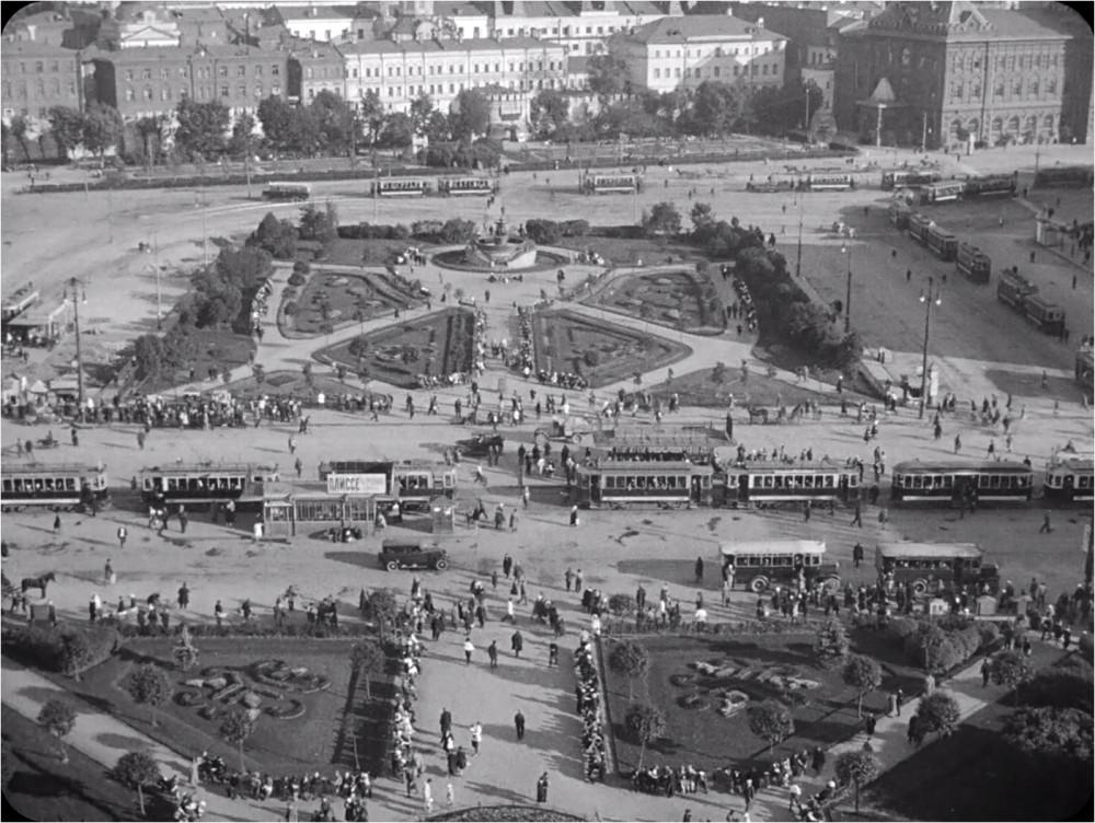 800855 Трамвайное движение на площади Свердлова