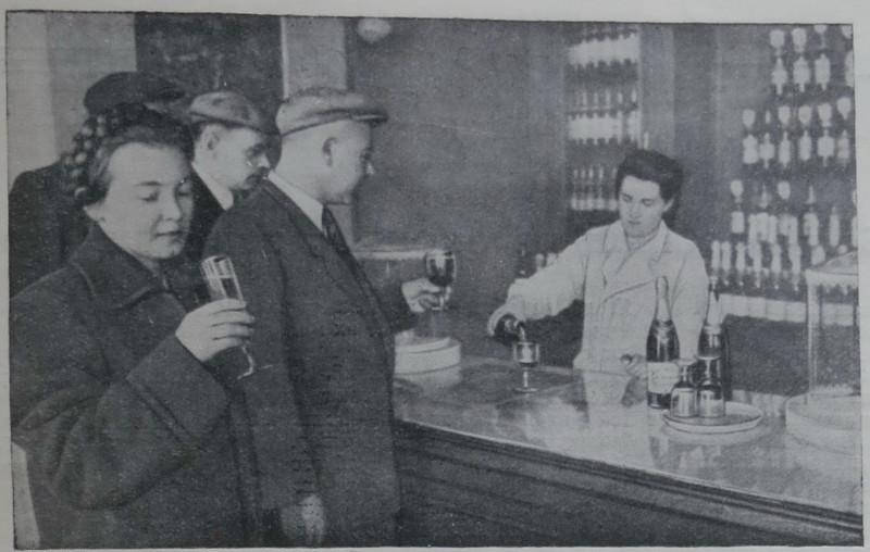 805798 Магазин № 2 Главвино, торговля шампанским бокалами