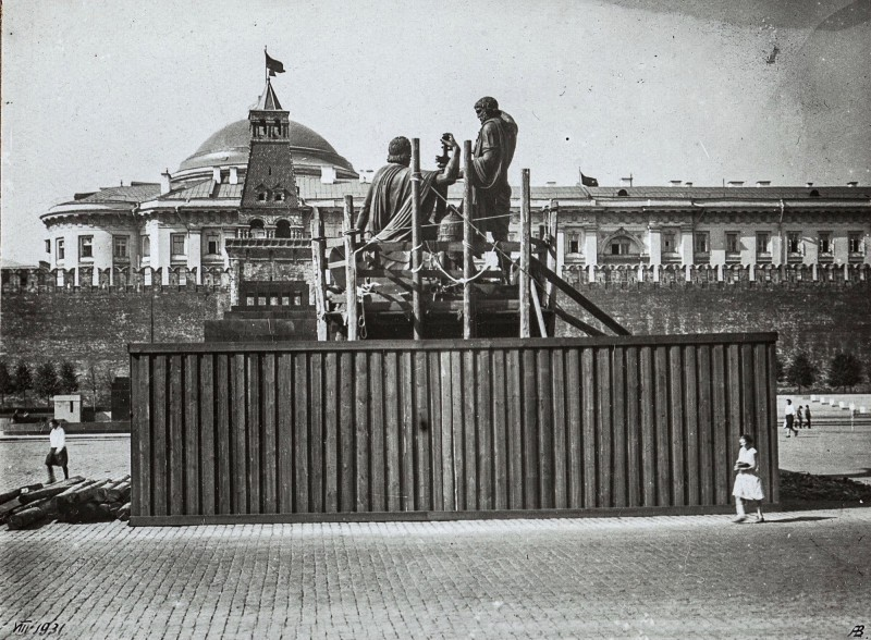 813375 Передвижка памятника Минину и Пожарскому