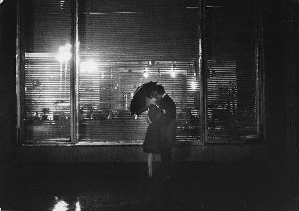 839037 Поцелуй под зонтом