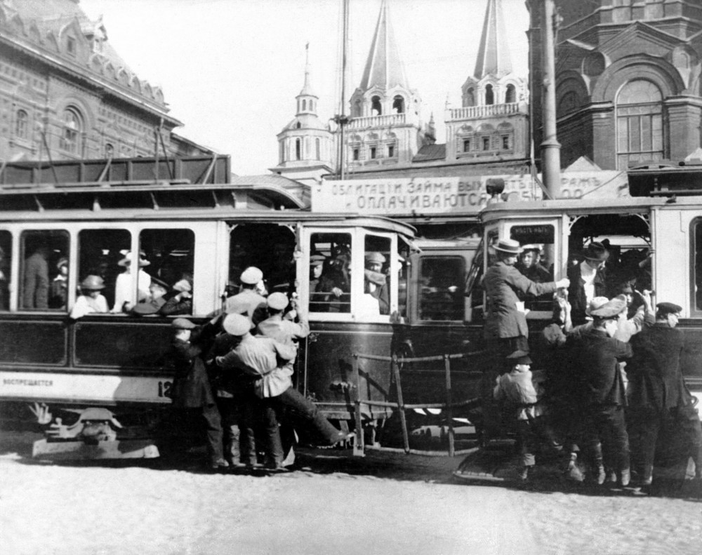 876531 Переполненный трамвай на площади Революции 1918