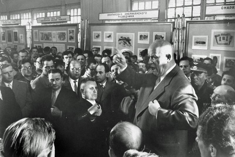 878244 Хрущев выступает на выставке сбитого самолета У-2 Пауэрса