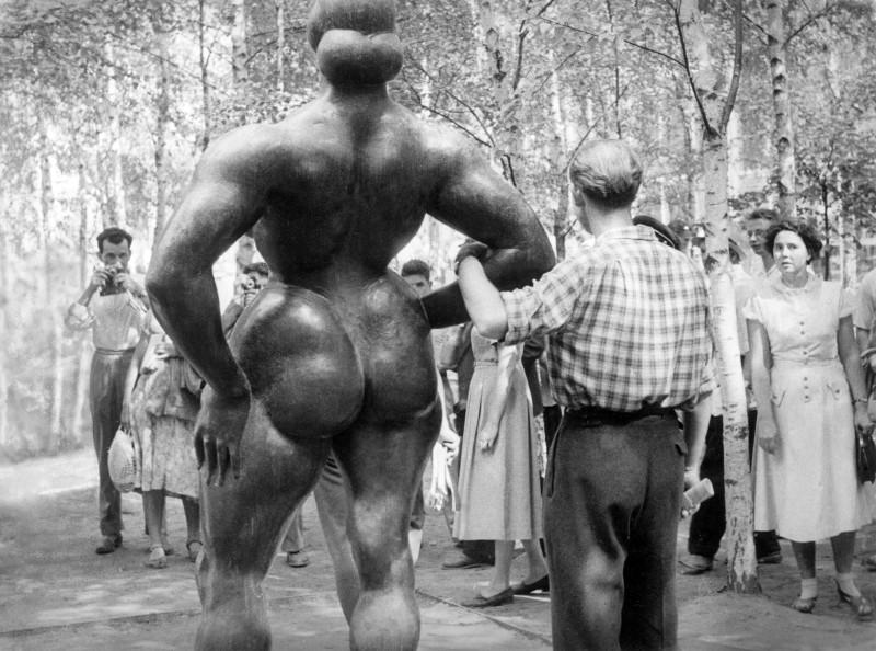 881407 Демонстрация скульптур на Американской выставке в Сокольниках