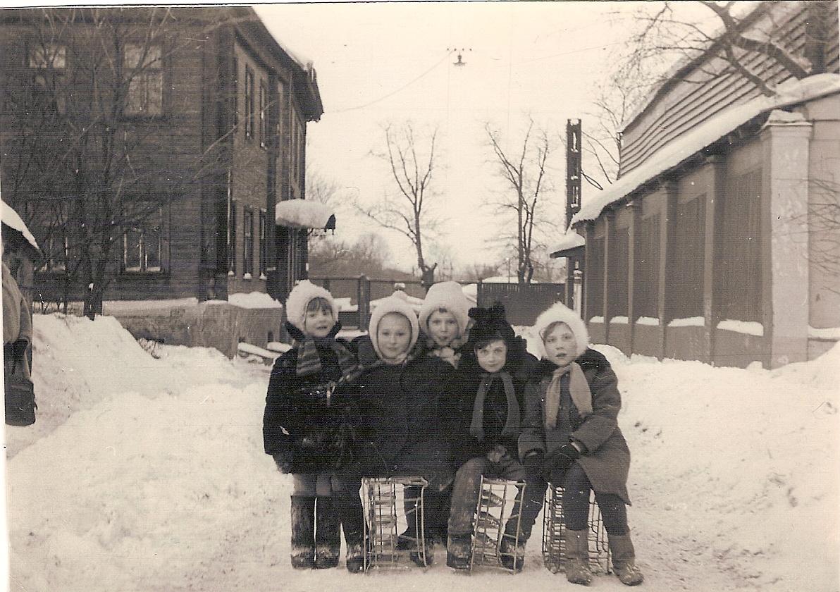 Девчонки с нашего двора изпод, ящиках, кефира, здорово, кататься, горок, металлических, Помните, архива, двора, несуществующий, Грохольский, переулок, моего