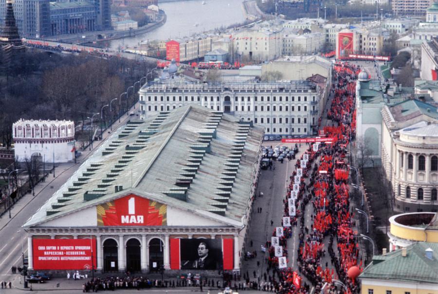 682340 Демонстранты на проспекте Маркса 76