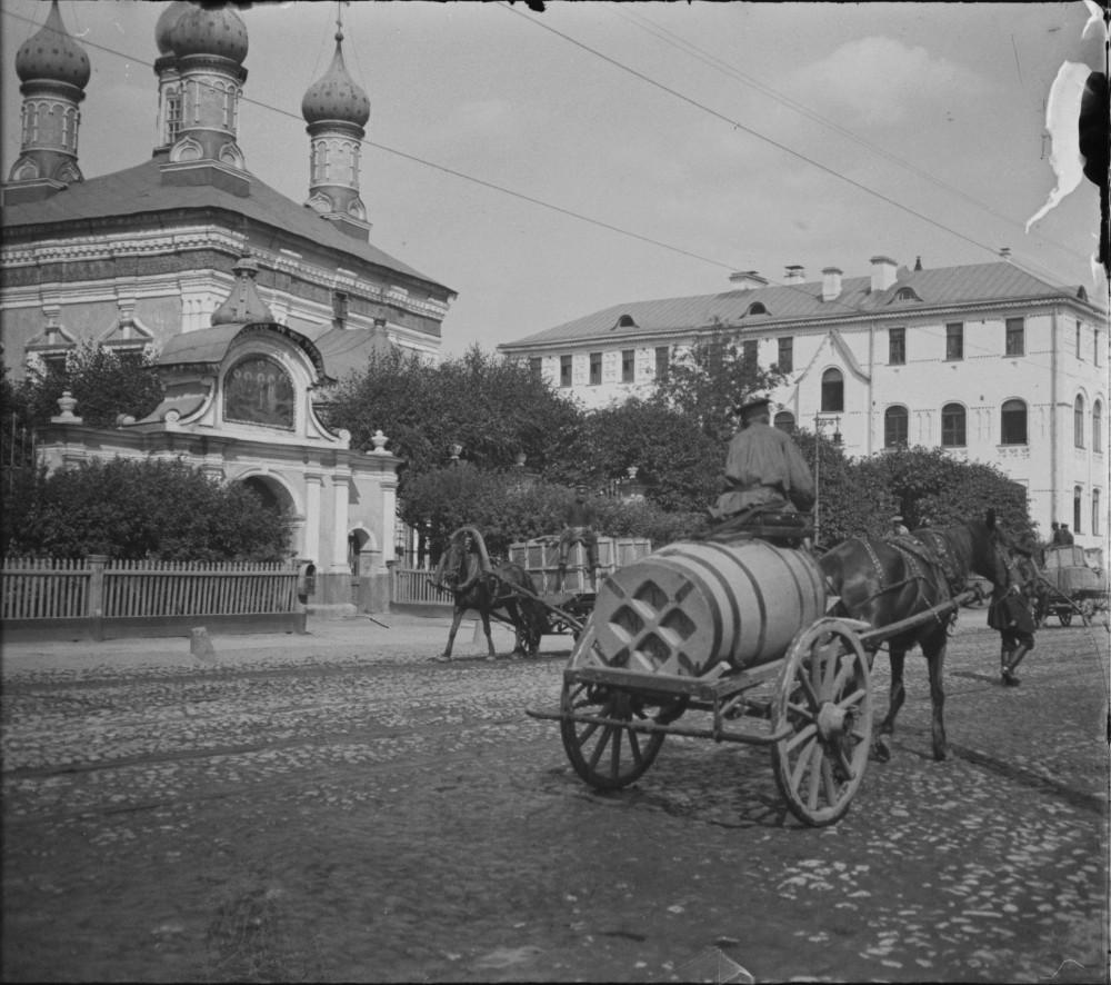 1093020 1-я Мещанская. Поливальщик улицы у Церкви Адриана и Наталии