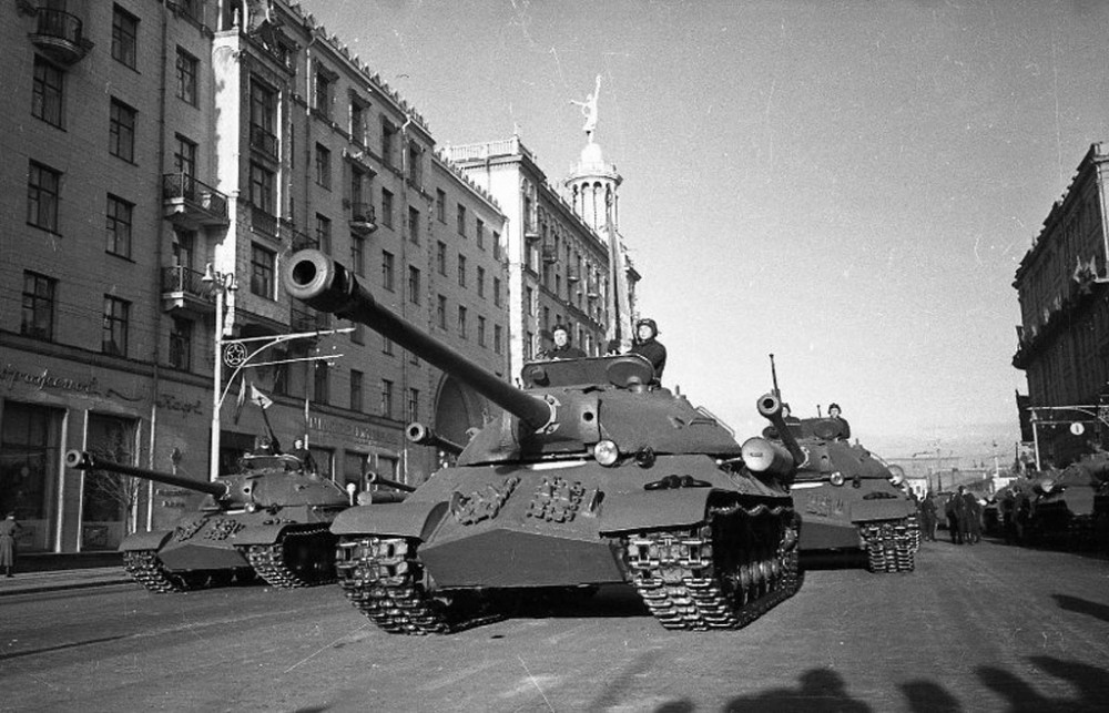 1104295 Тяжелые танки ИС-3 в ходе первомайской демонстрации в Москве