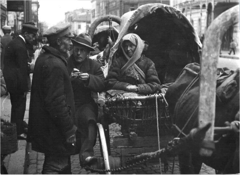 Беженцы из голодающих губерний на Тверской улице 1921 возле дома № 24