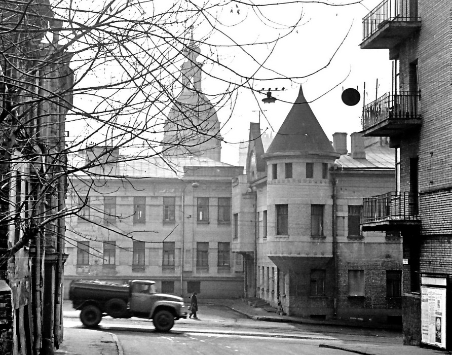 26453 Петропавловский переулок, угол Яузского бульвараМ. Михлин