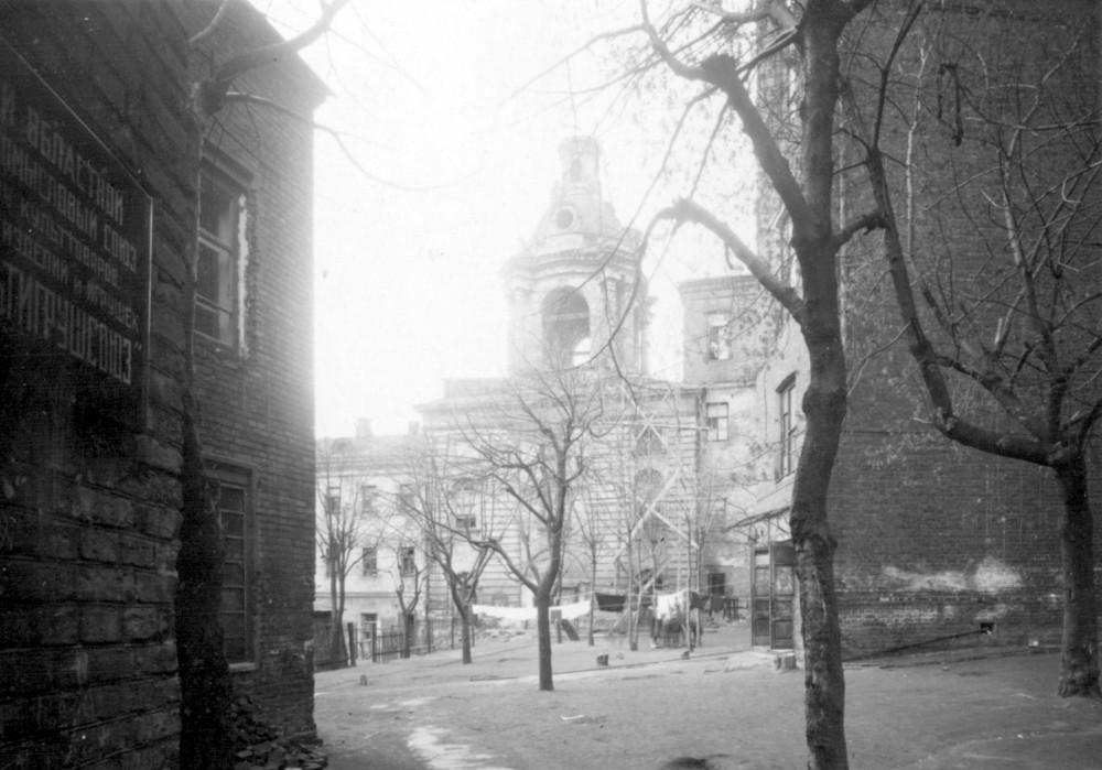 37129 На территории Знаменского монастыря. Вид на колокольню Знаменского монастыря.(7)