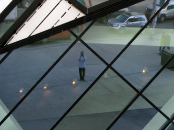 55. Мое отражение в наклонной стене музея