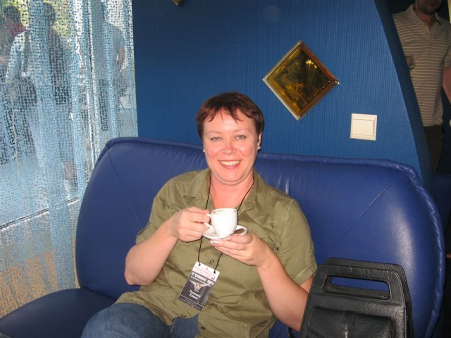 Лена Потенко за чашкой кофе
