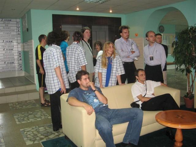 Игры позади. Знатоки смотрят футбол по ТВ в холле гостиницы. Спартак проигрывает.