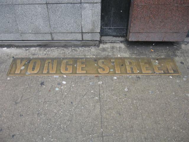 Плита с названием на тротуаре