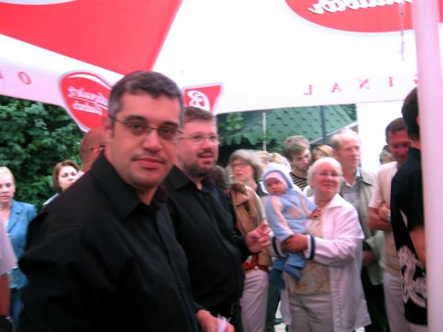 Максим Поташев на своей 'точке' общасется с жителями Светлогорска и туристами.