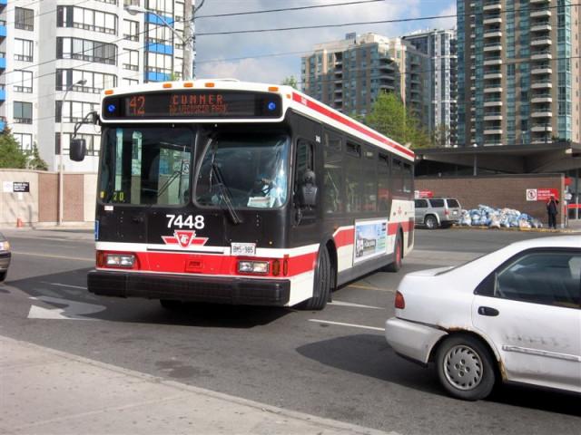 Один из типов автобусов, используемых TTC