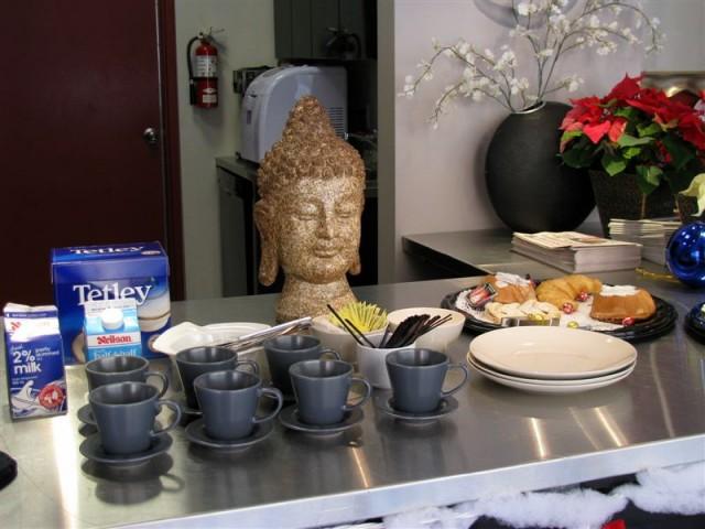 Легкий завтрак гостница предлагала прямо в холле, так как по случаю рождества ресторан, где обычно завтракают постояльцы, был закрыт