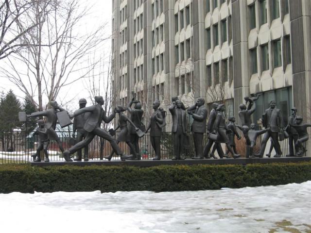 Забавная уличная скульптура