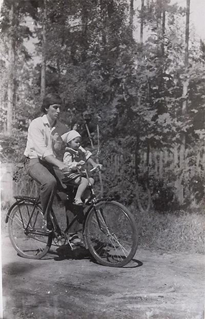 На велосипеде, или И сам без шлема, и ребёнок без шлема...