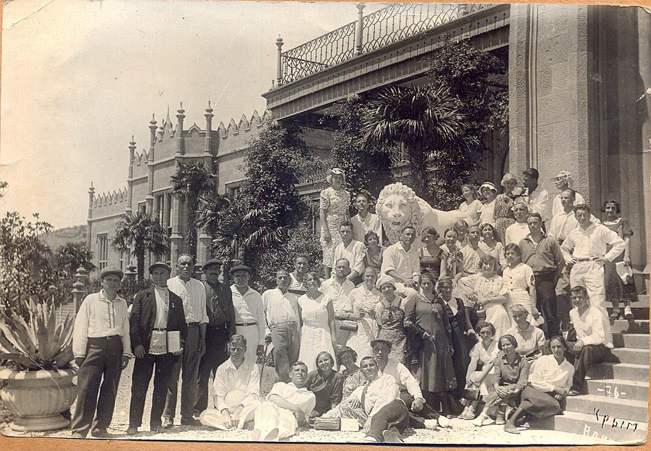 Групповой портрет со львом на ступеньках Воронцовского дворца, 1937 год