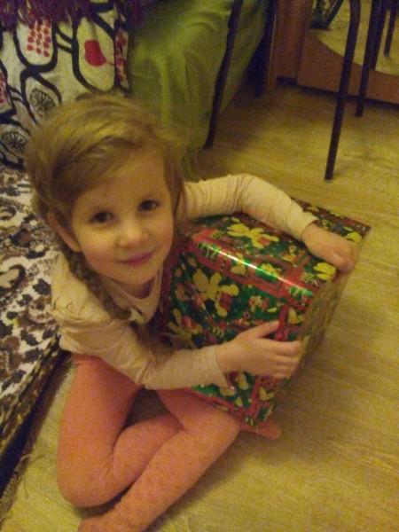 саша с подарком.