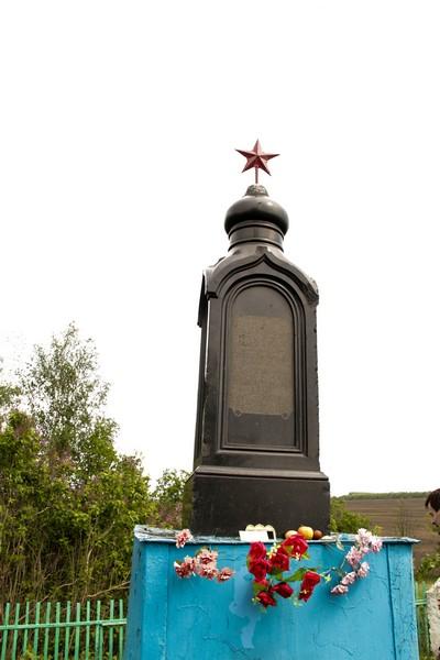 Памятник на могилу Эртиль Лампадка из лезниковского гранита резная Калязин