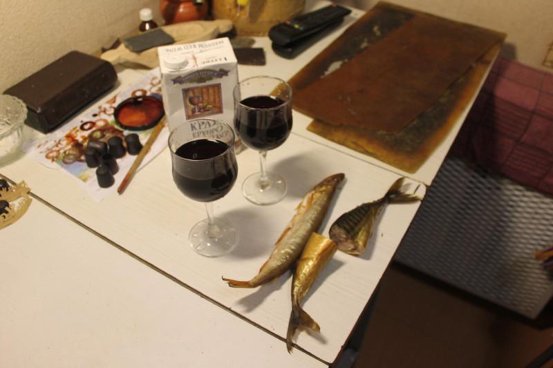 А дома составился вот такой натюрморт из вовкиного вина, корюшки вяленой и двух хвостов скумбрии копчёной.