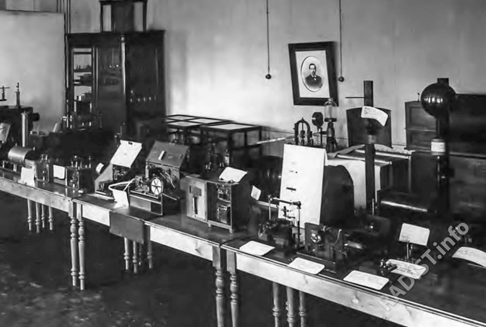 Vystavka-priborov-A.S.-Popova-v-Minnom-ofitserskom-klasse-MOK-1906-g.jpg