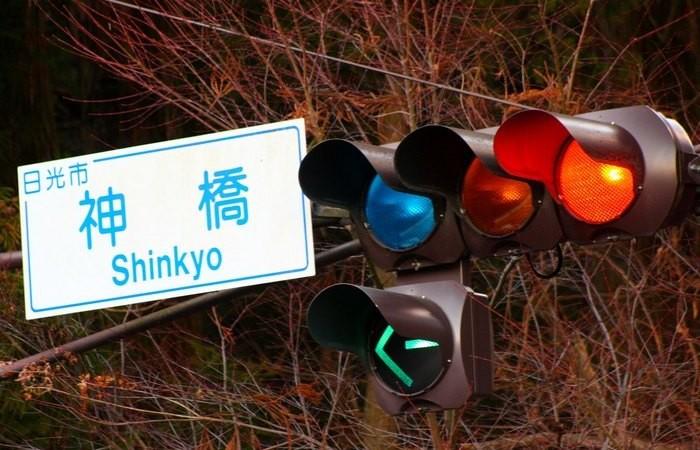 Что означает синий сигнал светофора