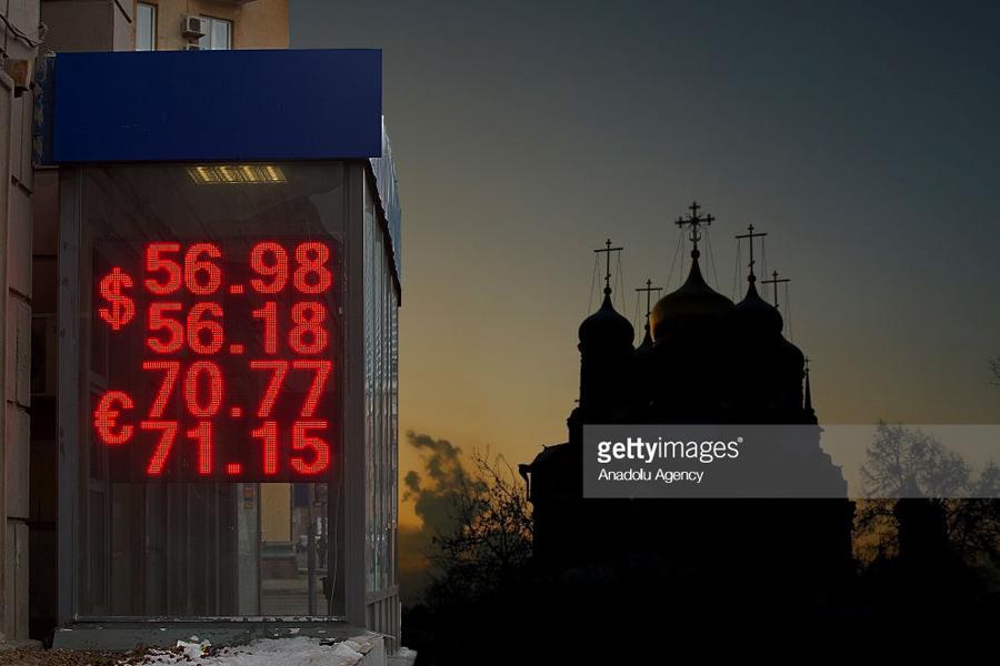 О твёрдой вере в слабый рубль и другие мифы путинской России Rouble-Night