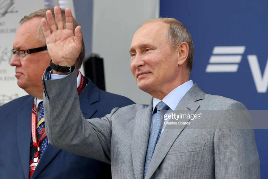 Putin waves to the crowd
