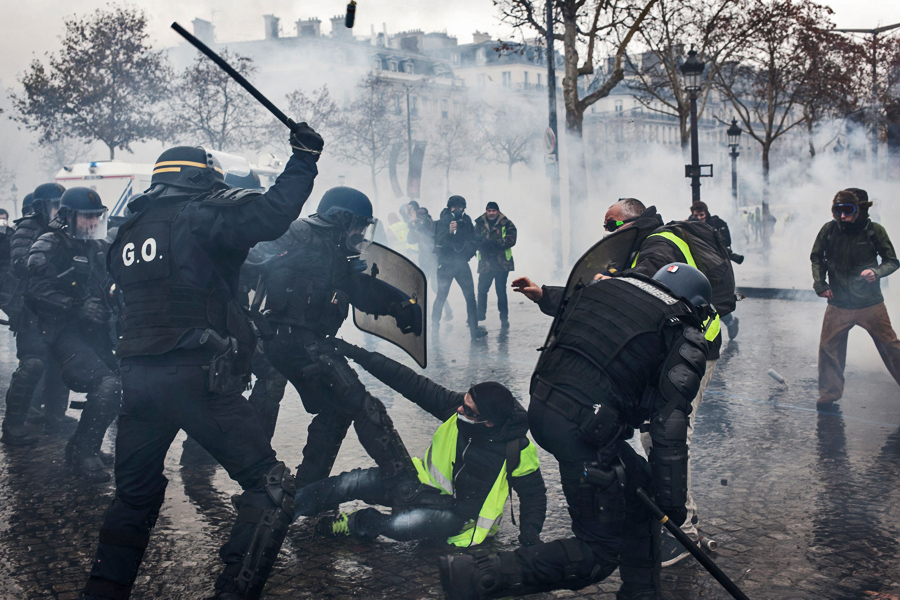 Riot-Police-protests-in-paris-france
