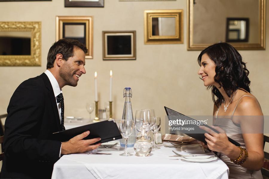 О шокирующей правде про тех, кто платит на первом свидании Couple-Date