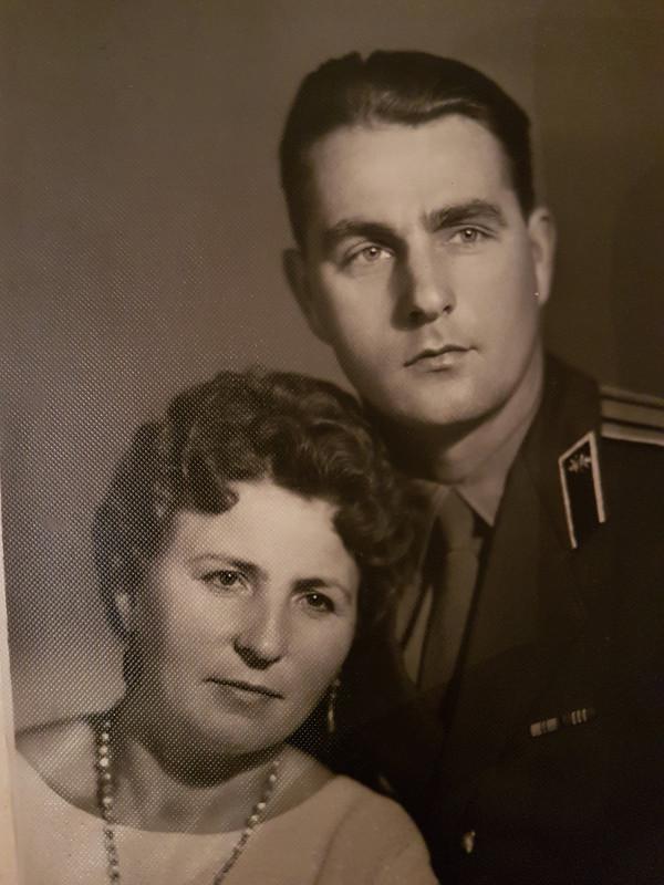 Здесь мой отец похож на немецкого летчика из люфтваффе (со своей фрау)