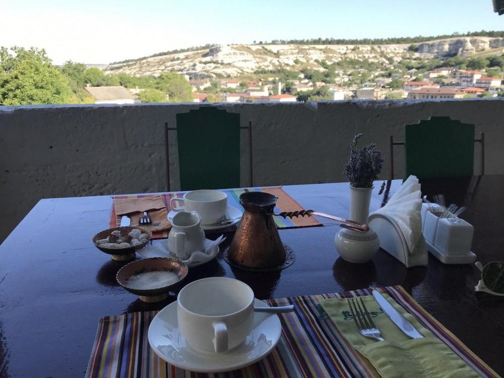 Неторопливый завтрак на веранде отеля Бахитгуль