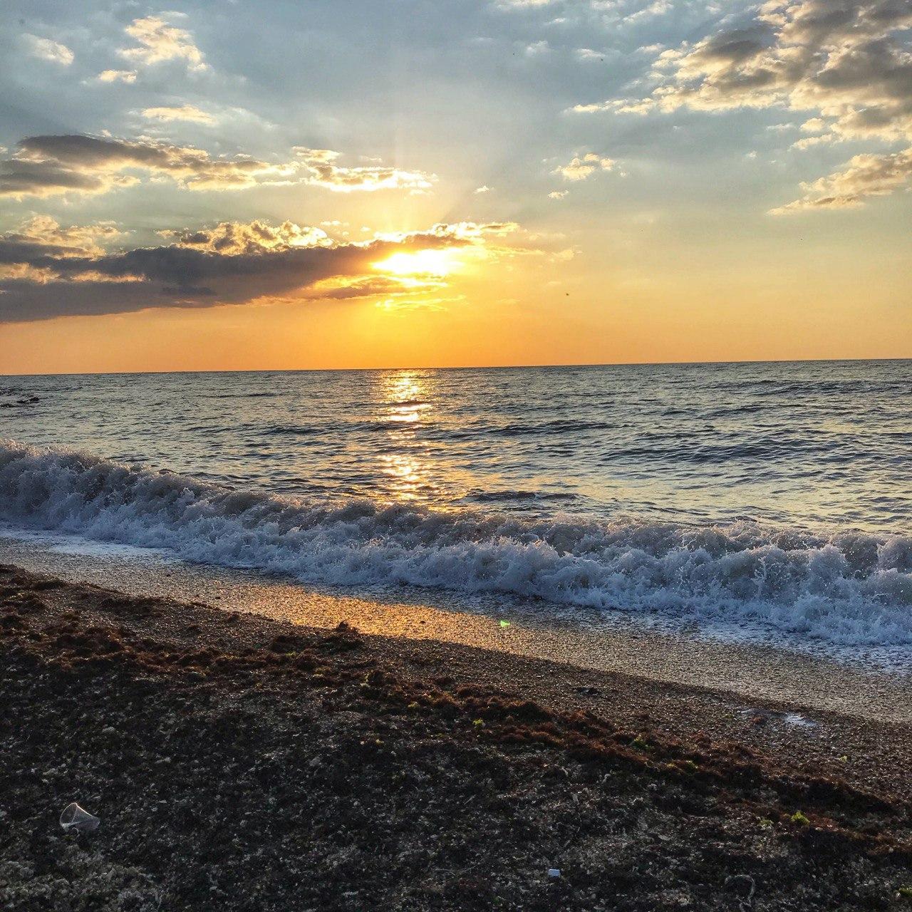 Чудесный закатный вид на пляже в Севастополе