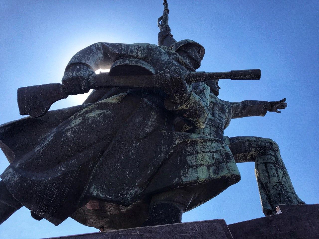 Памятник матросу и солдату, г. Севастополь. Высота монумента 40 метров