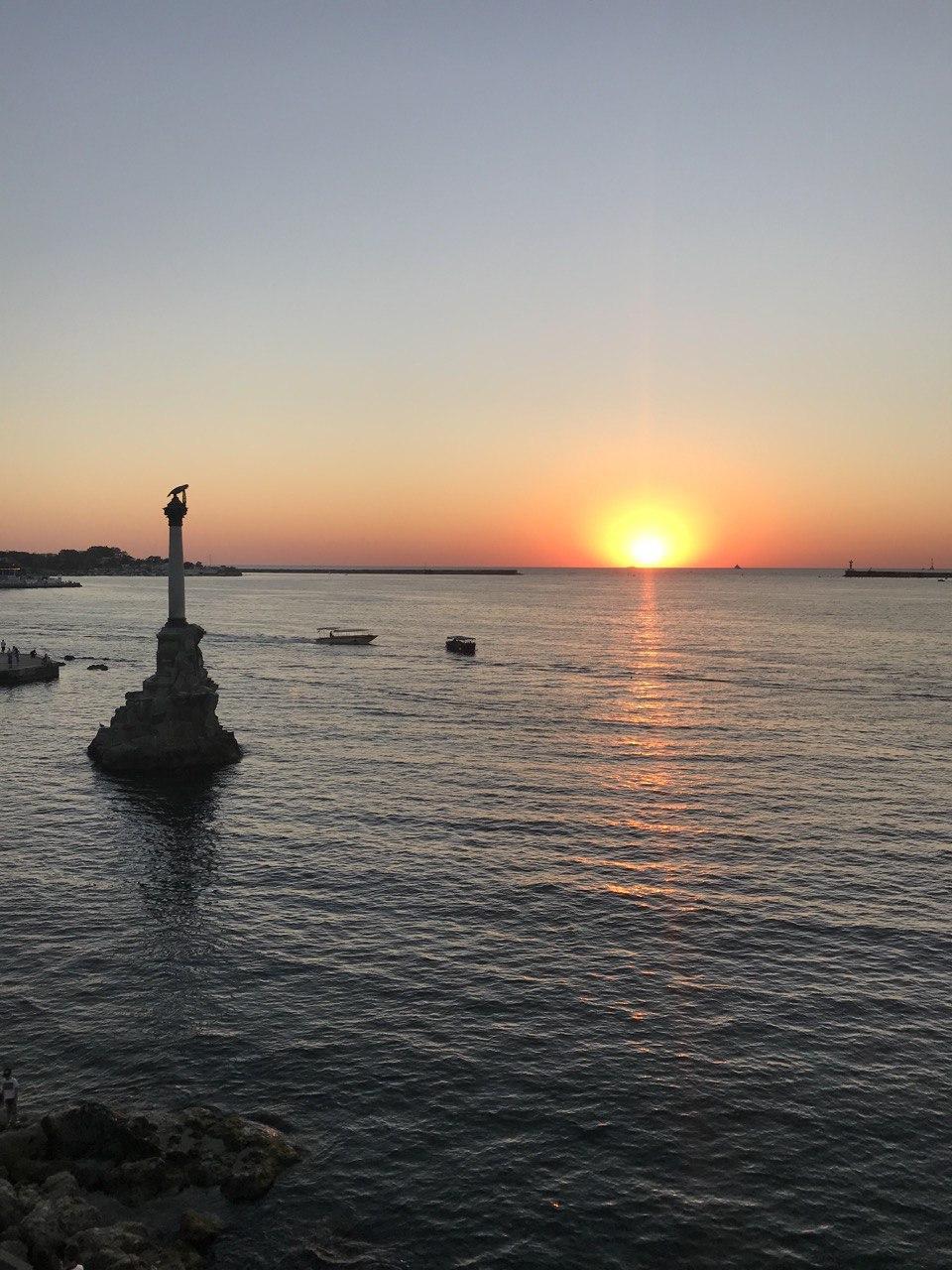Закат на фоне символа города Севастополь - памятника затопленным кораблям