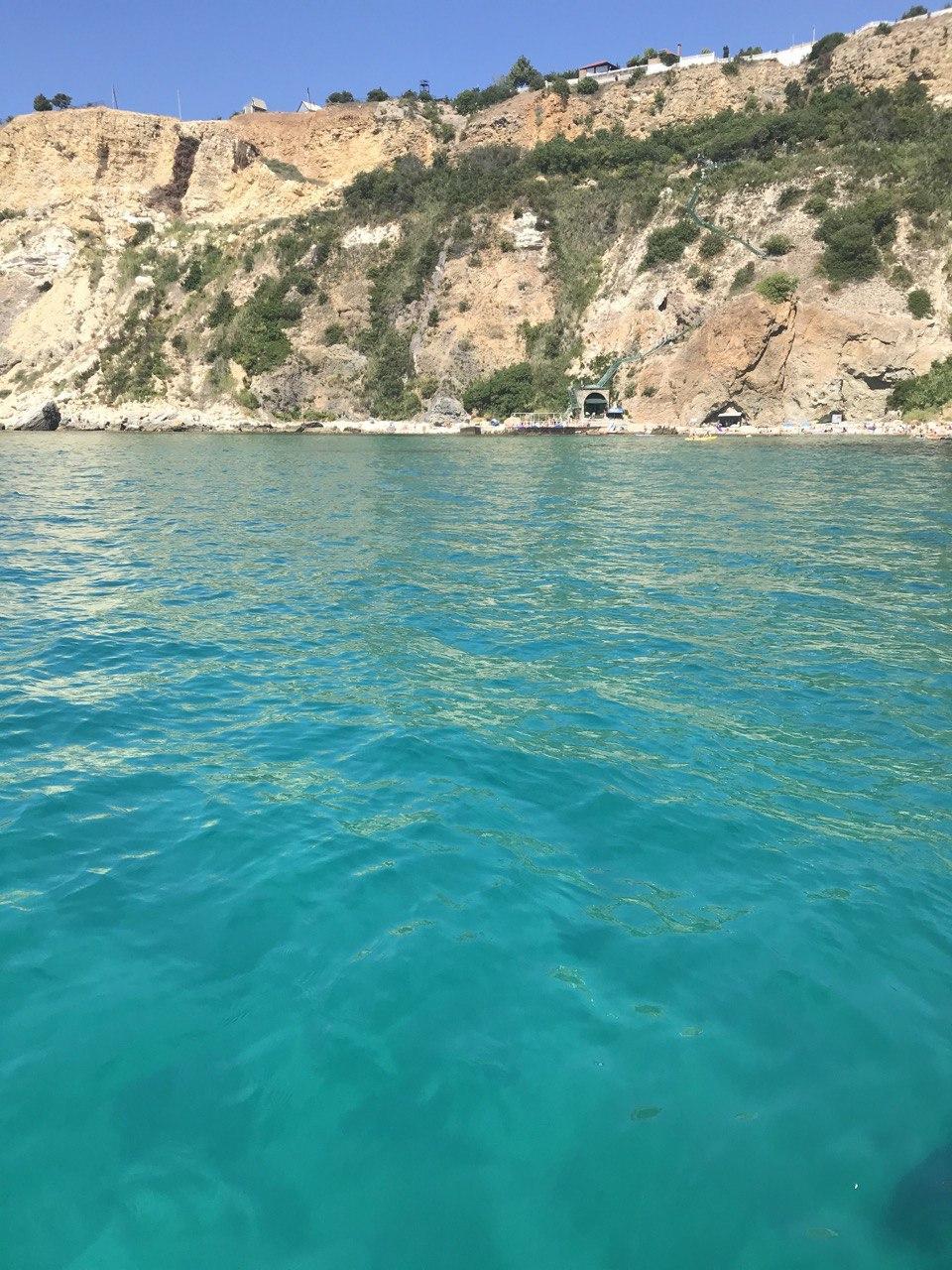 Бирюзовый цвет воды на пляжах
