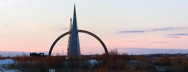 памятник-сереному-полярному-кругу-днём