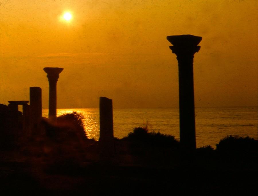 Колонны-базилики-на-закате-w