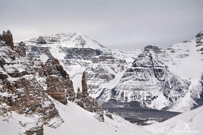 Вид с перевала Sentinel Pass на долину Paradise Valley. Скалистые горы. Национальный парк Банф.  Канада.