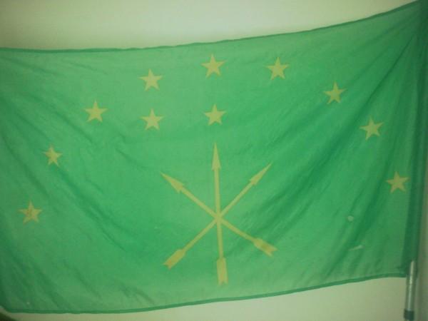 Адыгский флаг, водруженный на здание совмина
