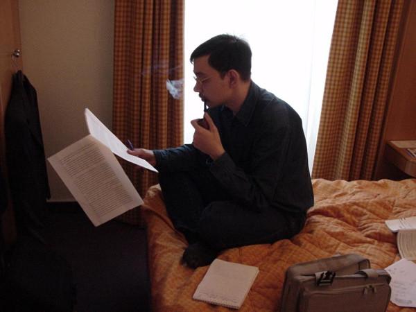 Женя Желободько читает статью Париж 2002