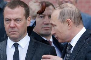 путин-и-медведев-под-дождем