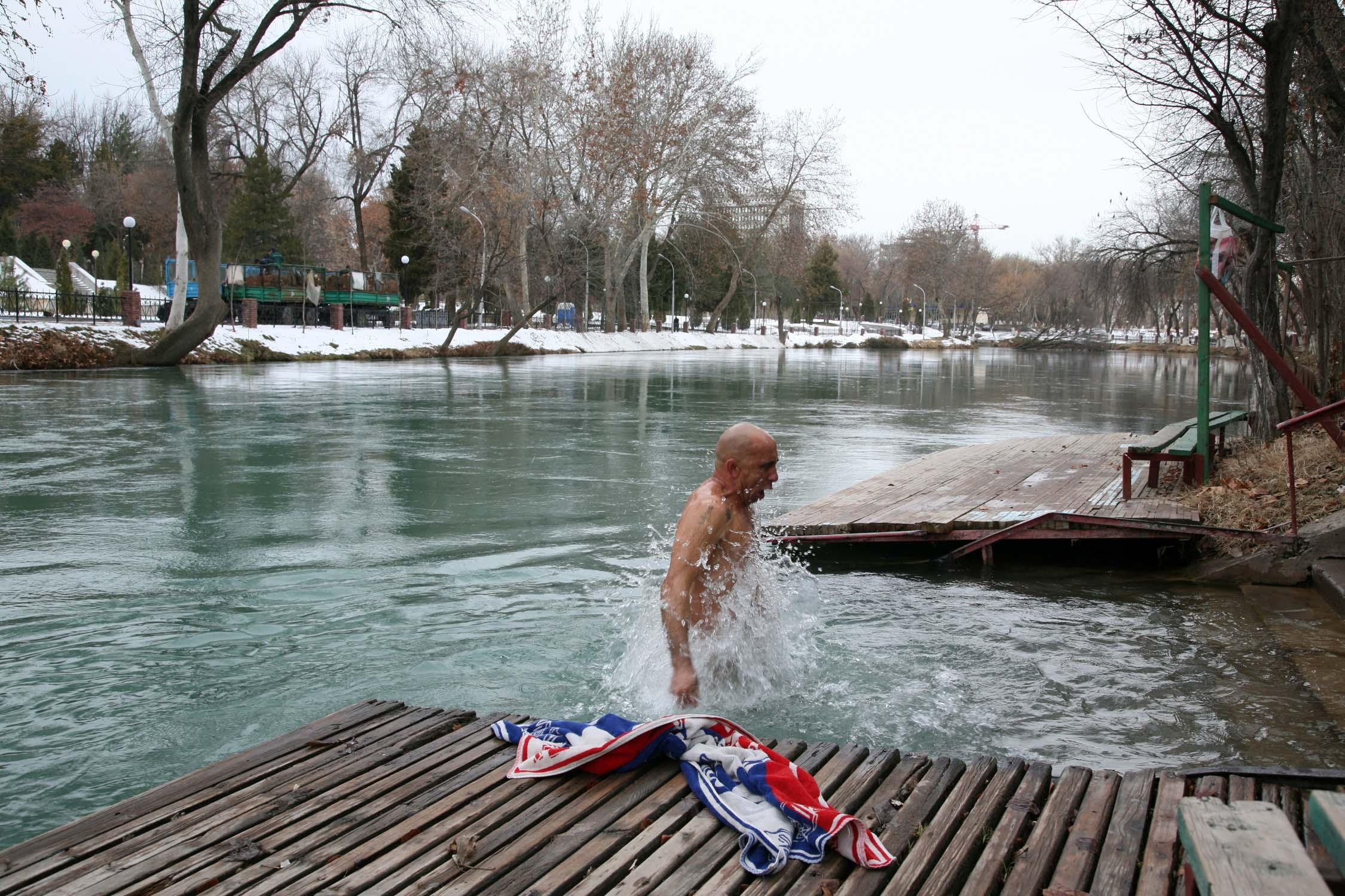 у купающейся нагишом одежду сперли