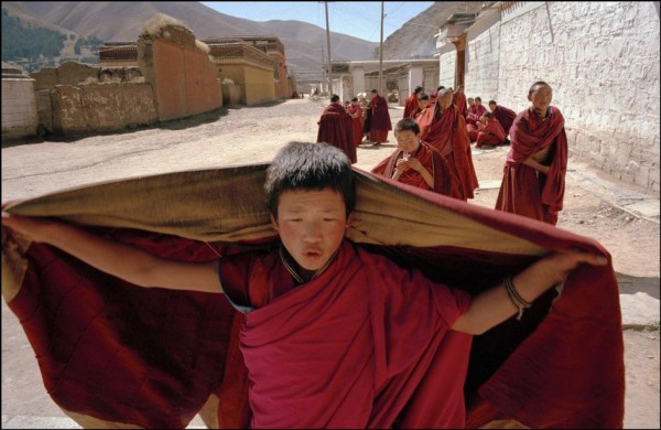22. Китай, провинция Ганьсу. Лабранг. Начинающие Тибетские монахи по пути на молитву