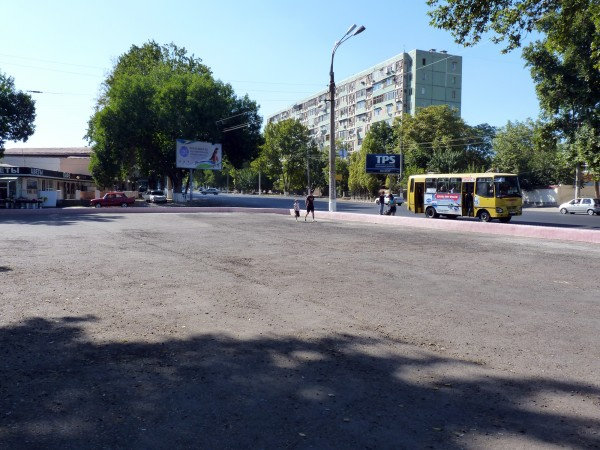 18. Асфальт на месте снесенного рынка на пересечении улиц Азия и Кори Ниязова, 2011 год