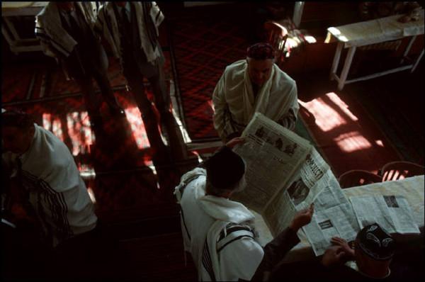 13 Ташкент, синагога на Чкалова, изучая газету Известия, 1988
